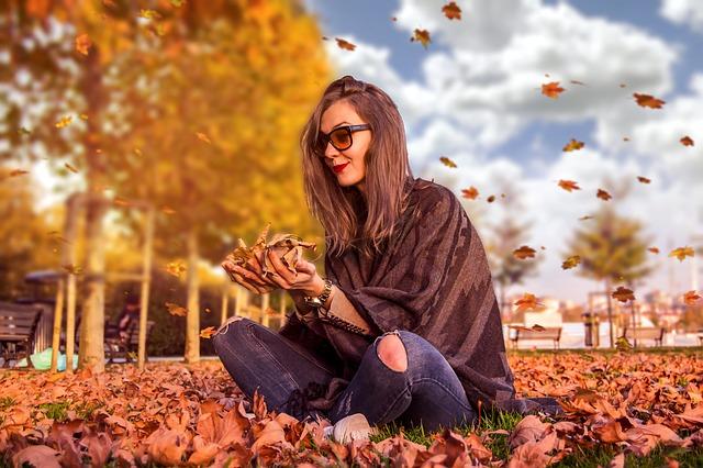 žena v listí