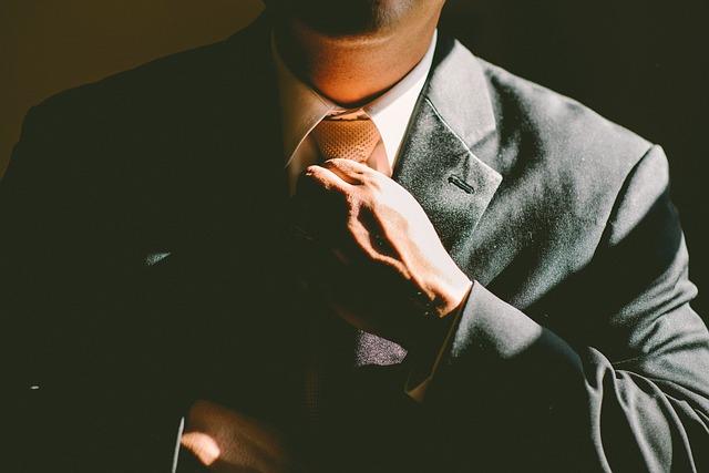 ruka s kravatou