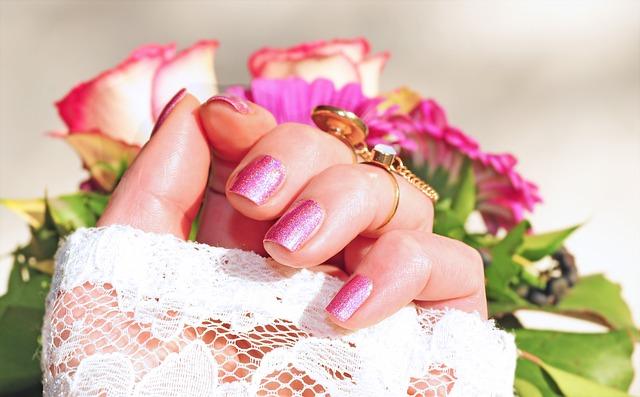 ruka u růží