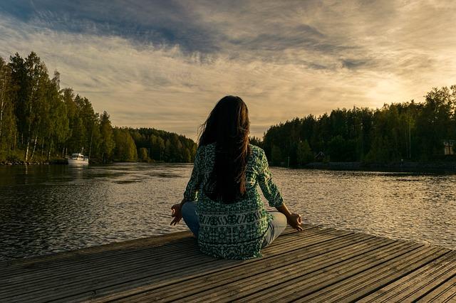 Meditování u řeky