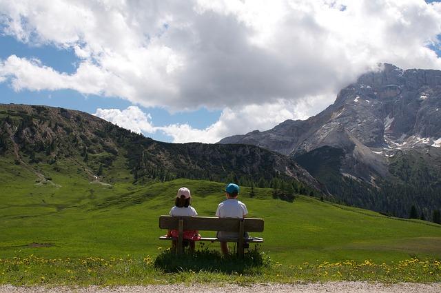 dvě děti v horách