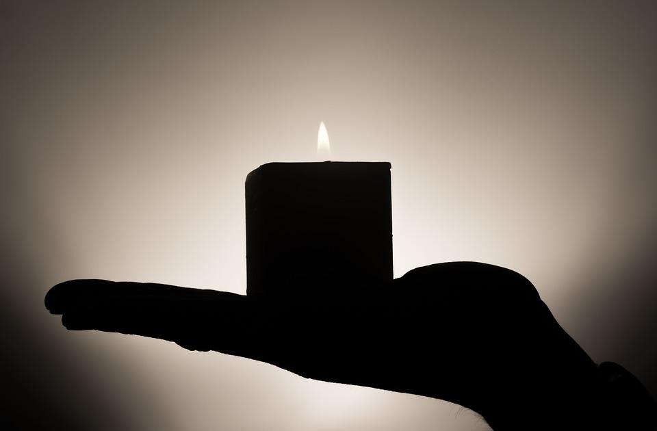 svíčka v dlani